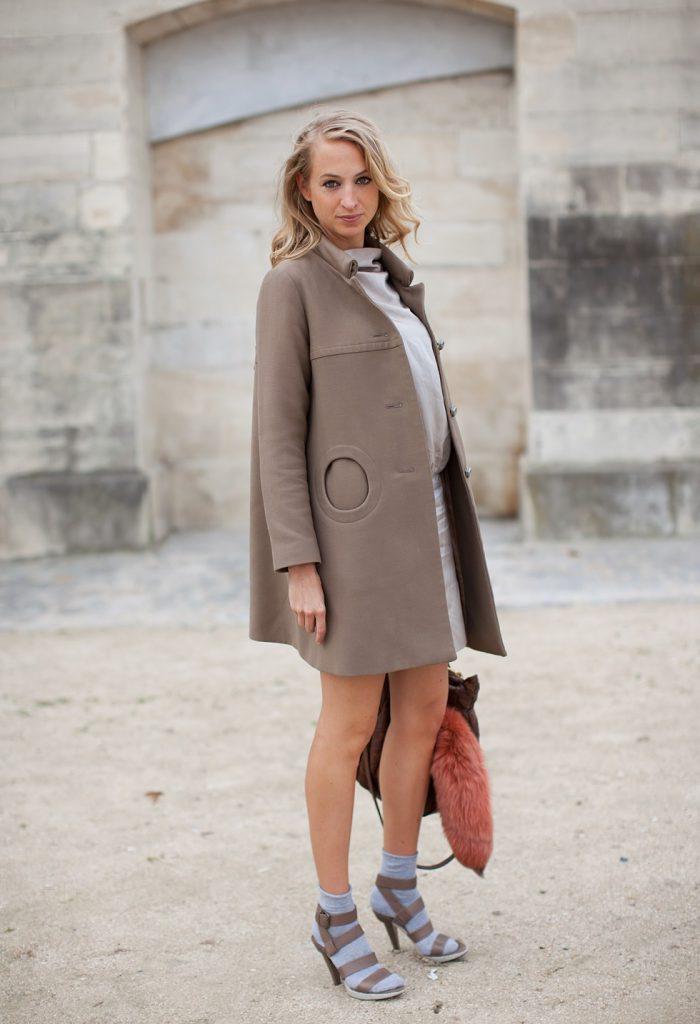 Бежевое пальто с серым платьем и коричневой сумкой