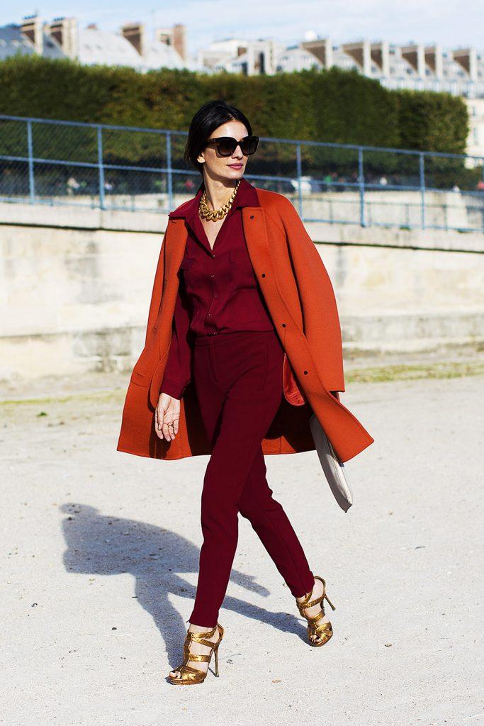 Бордовые брюки и блузка с красным пальто и золотистыми босоножками
