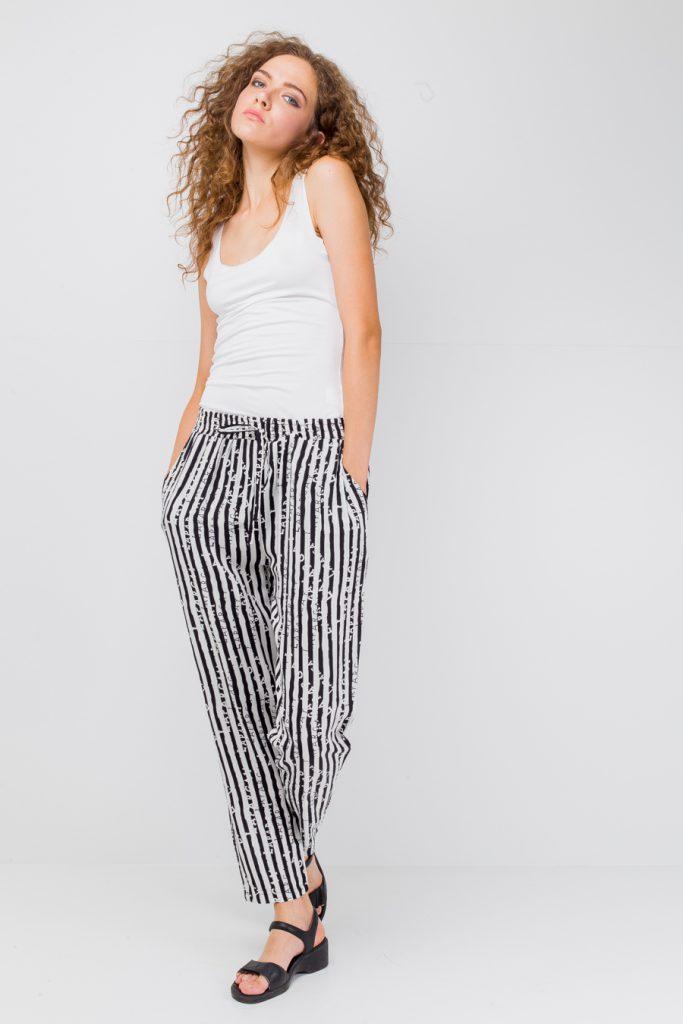 Черно-белые брюки в вертикальную полоску