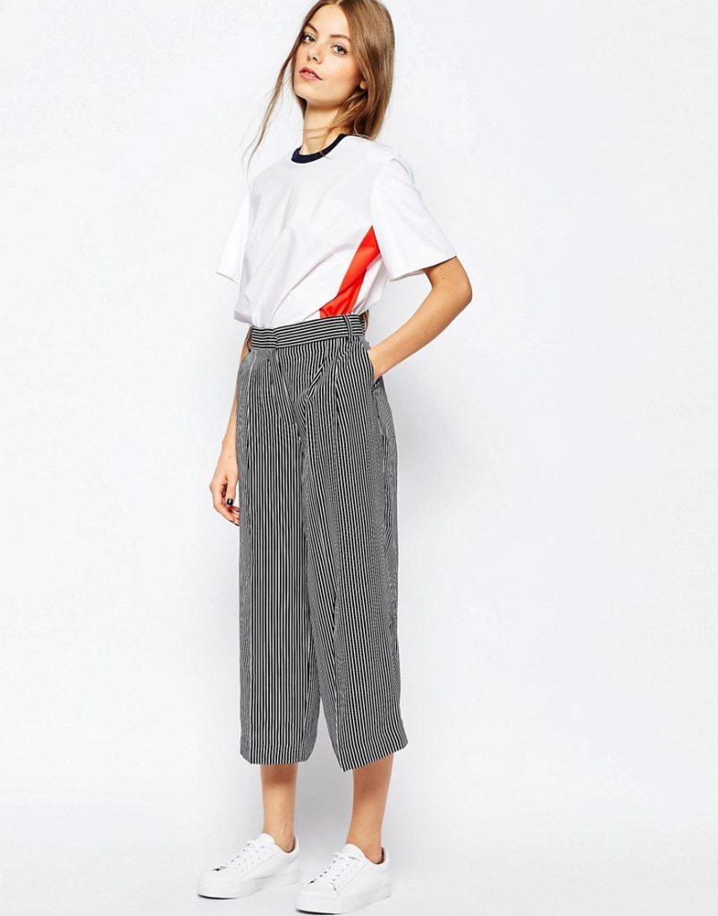 Полосатые укороченные брюки с белой футболкой