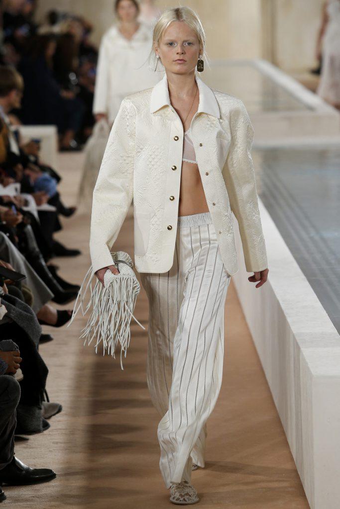 Шелковые светлые брюки со светлым пиджаком