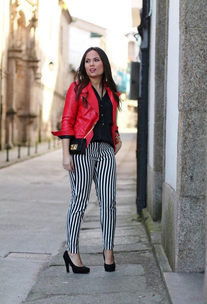 Черно-белые брюки в полоску с черной блузкой, туфлями и красной курткой