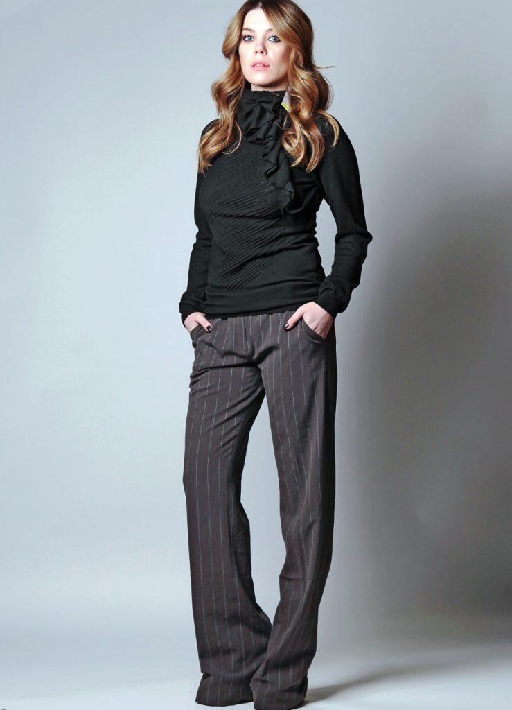 Классические темные брюки в узкую полоску