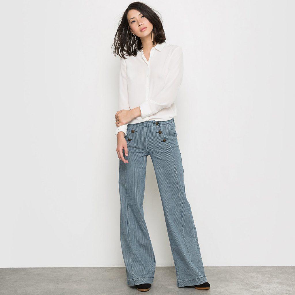 Джинсовые брюки клеш в полоску с белой рубашкой