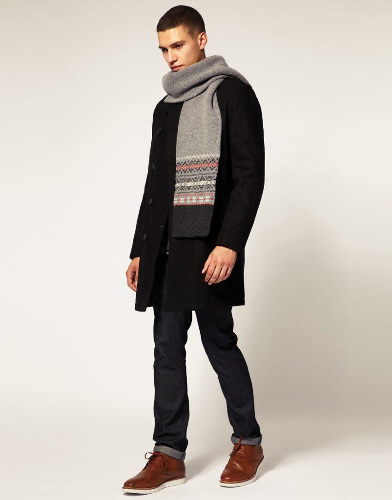 Черное мужское пальто с серым шарфом