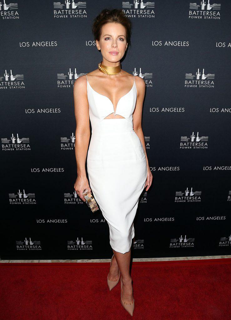 Золотистый чокер с белым платьем