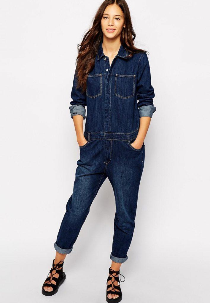 Темный джинсовый комбинезон с черной обувью