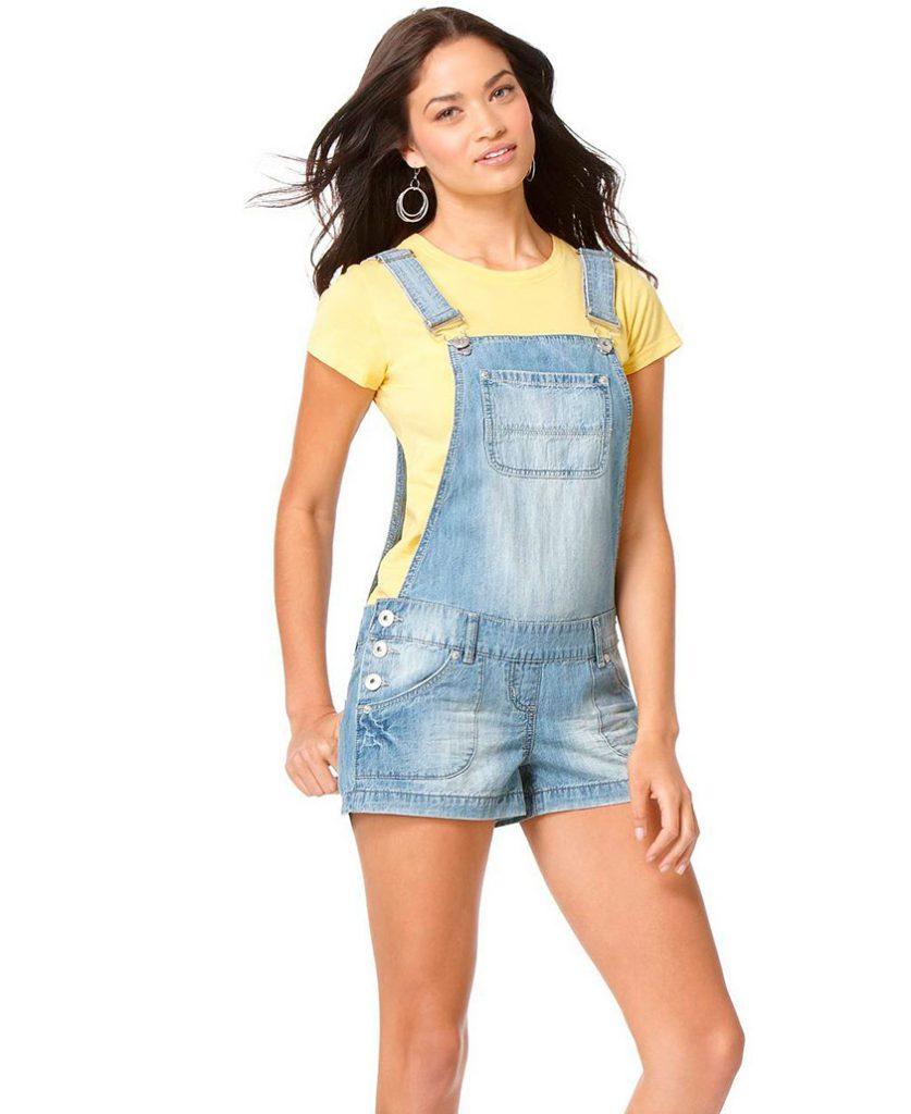 Джинсовый комбинезон-шорты с желтой футболкой