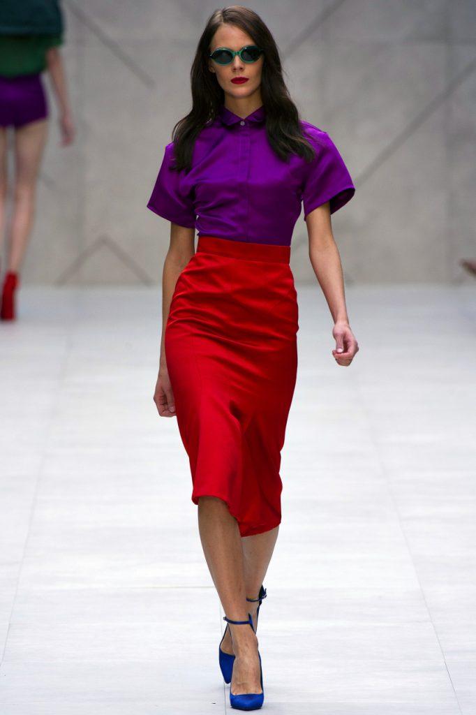Красная юбка с фиолетовой блузкой