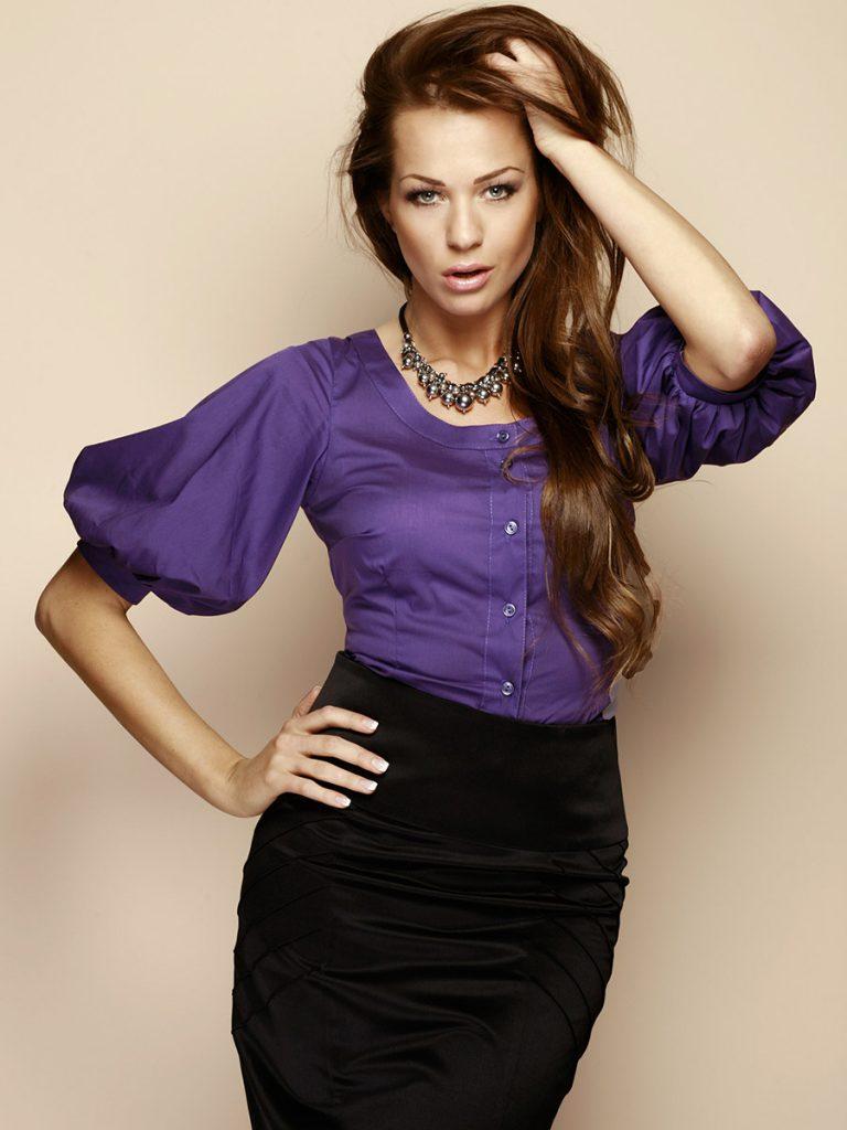 Фиолетовая блузка с черной юбкой