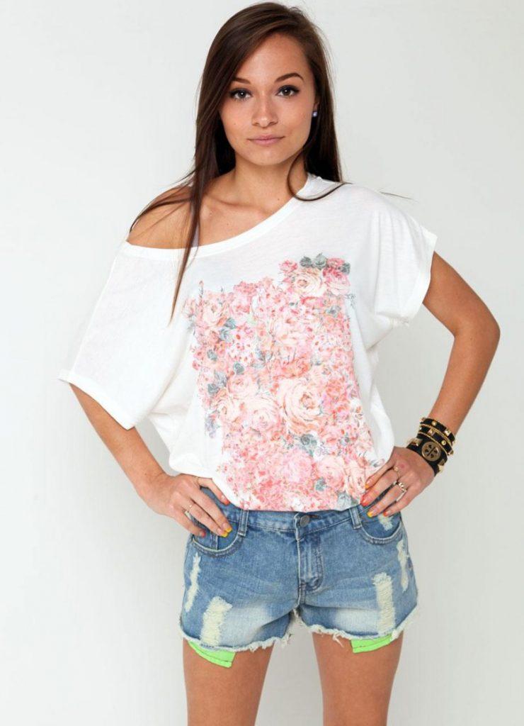 Пляжный образ с футболкой с открытыми плечами