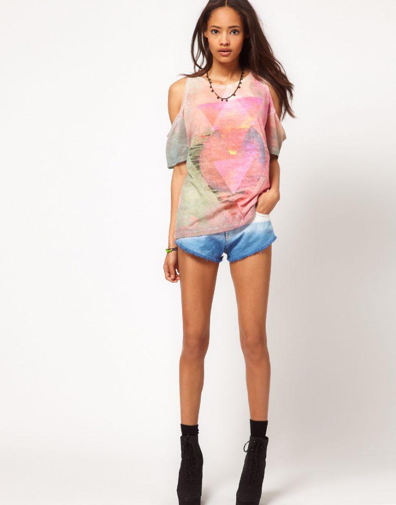 Разноцветная футболка с открытыми плечами