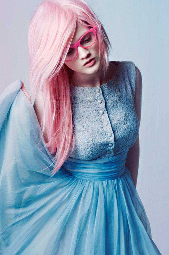 Сочетание голубого и розового цветов в женском образе