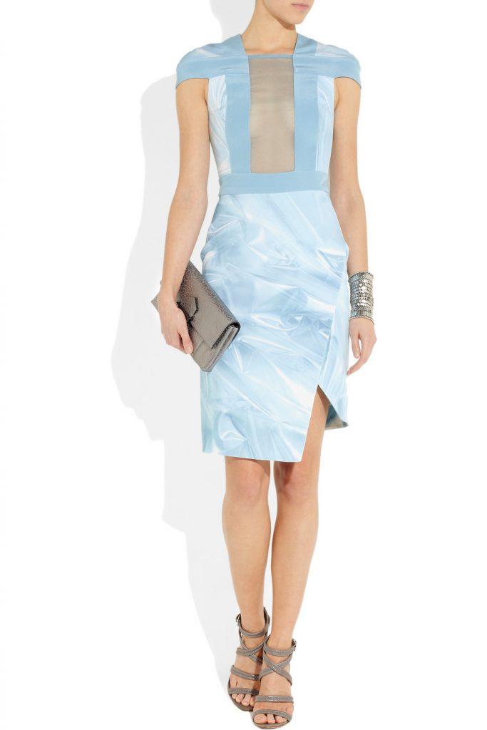 Необычное голубое платье с принтом