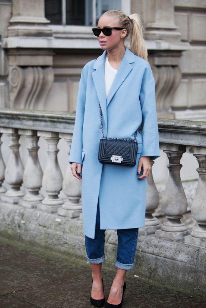 Голубое пальто с джинсами