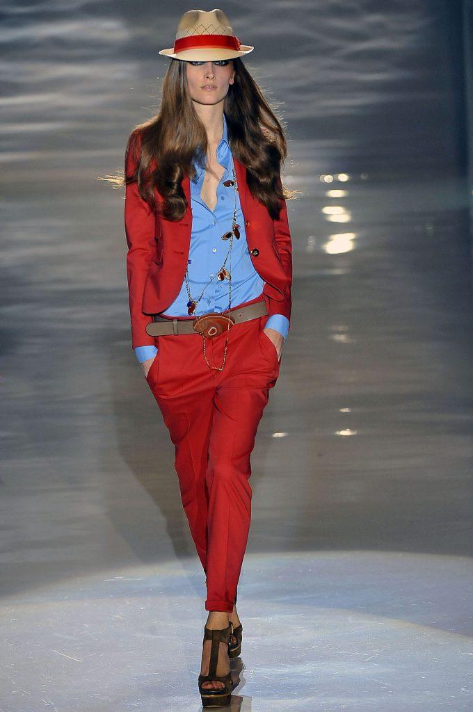 Сочетание голубого и красного цветов в одежде