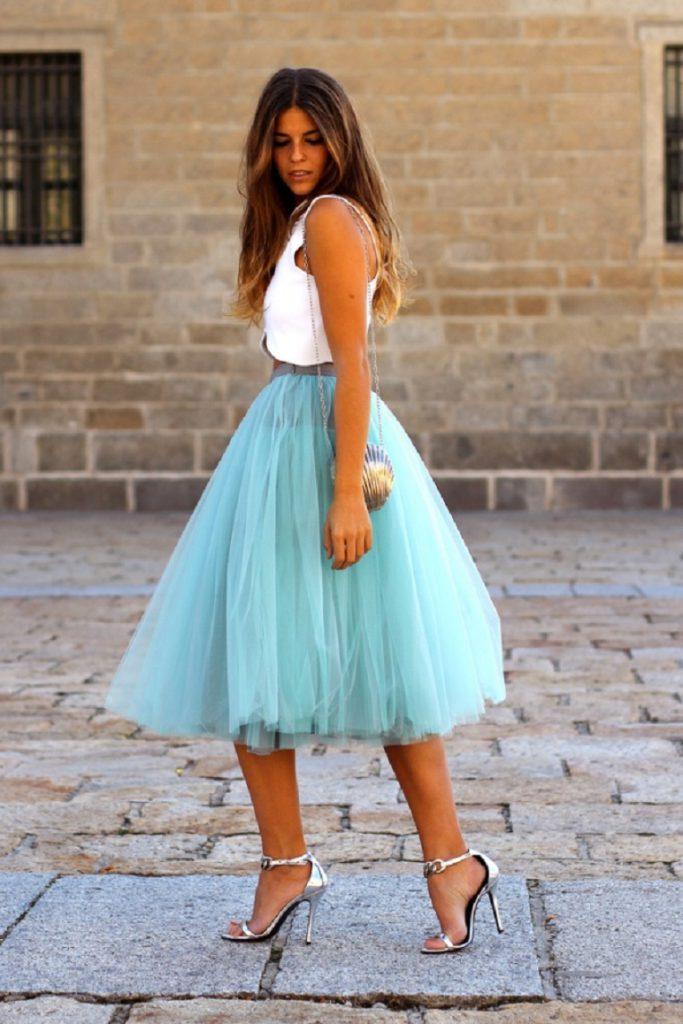 Голубая пышная юбка миди с белым верхом