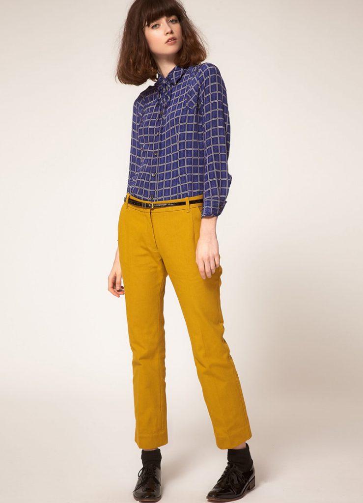 Горчичные брюки с синей рубашкой