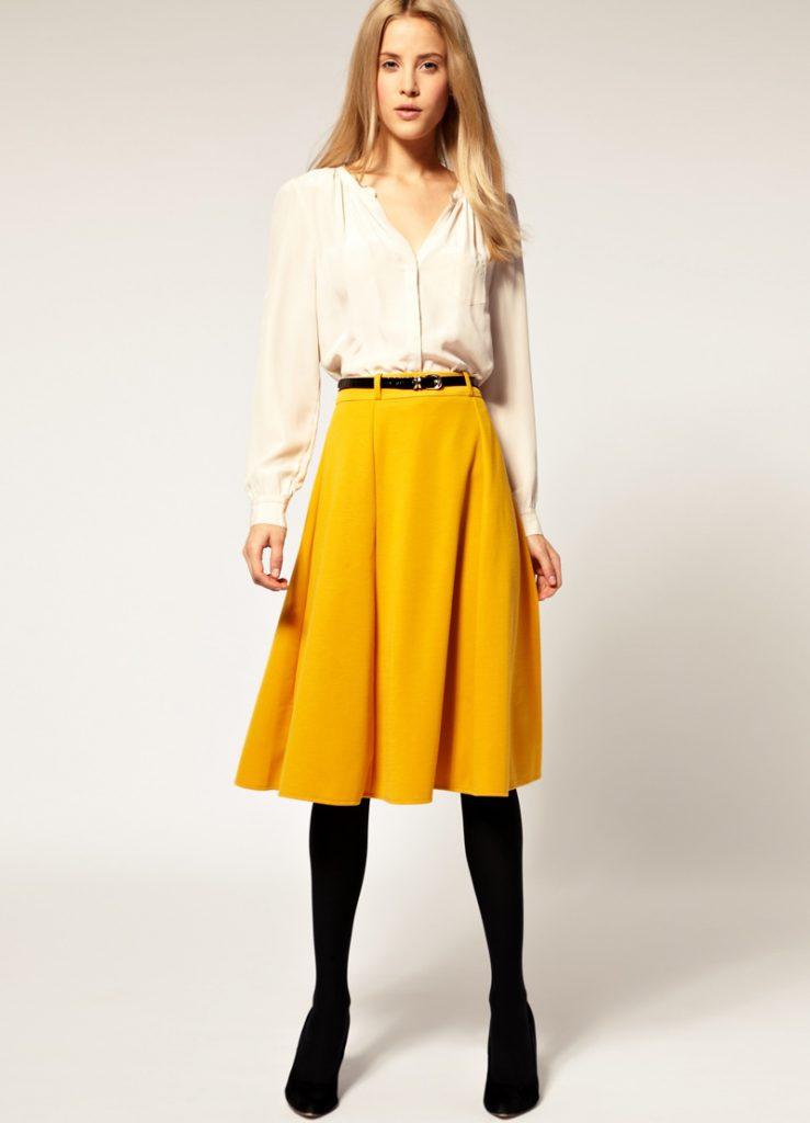 Горчичный и белый цвета в одежде
