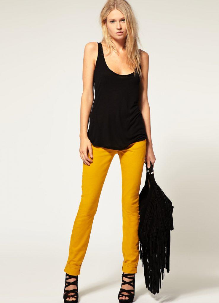 Горчичные брюки с черной майкой