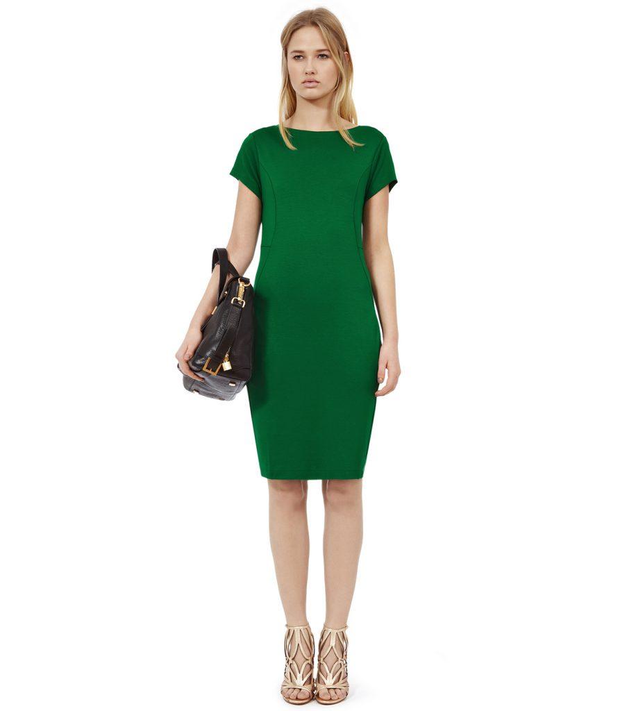 Изумрудное платье с золотистыми босоножками и черной сумкой