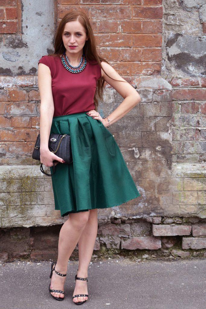 Изумрудный и бордовый цвета в одежде