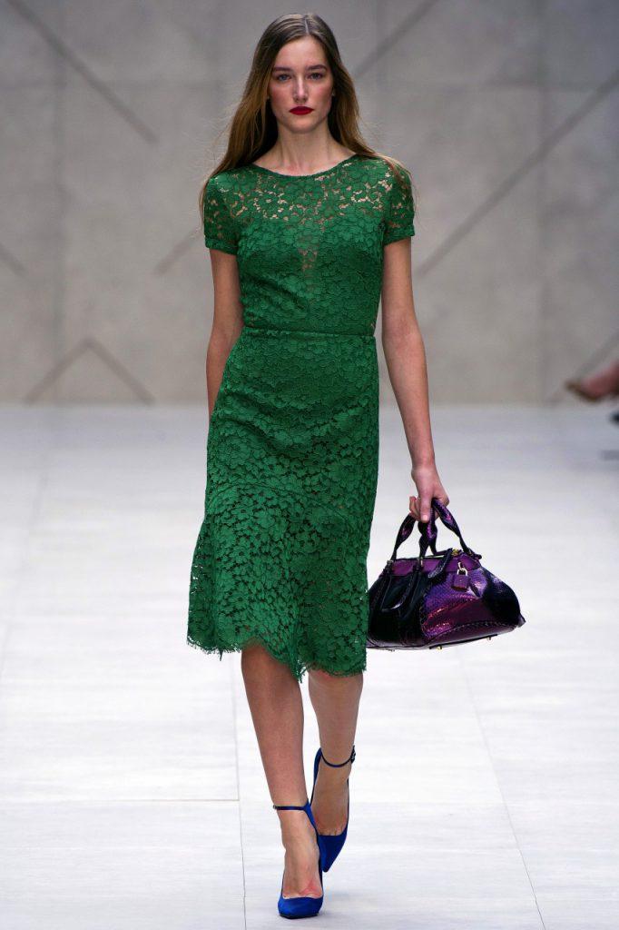 Изумрудное платье с фиолетовой сумкой и синими туфлями