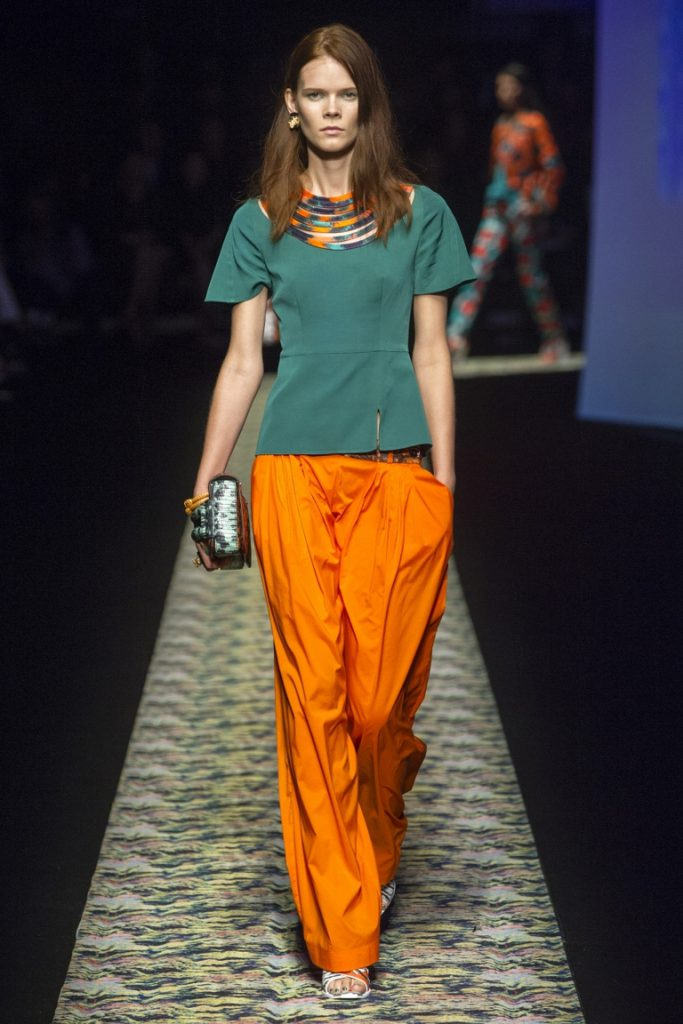 Изумрудный и оранжевый цвета в одежде