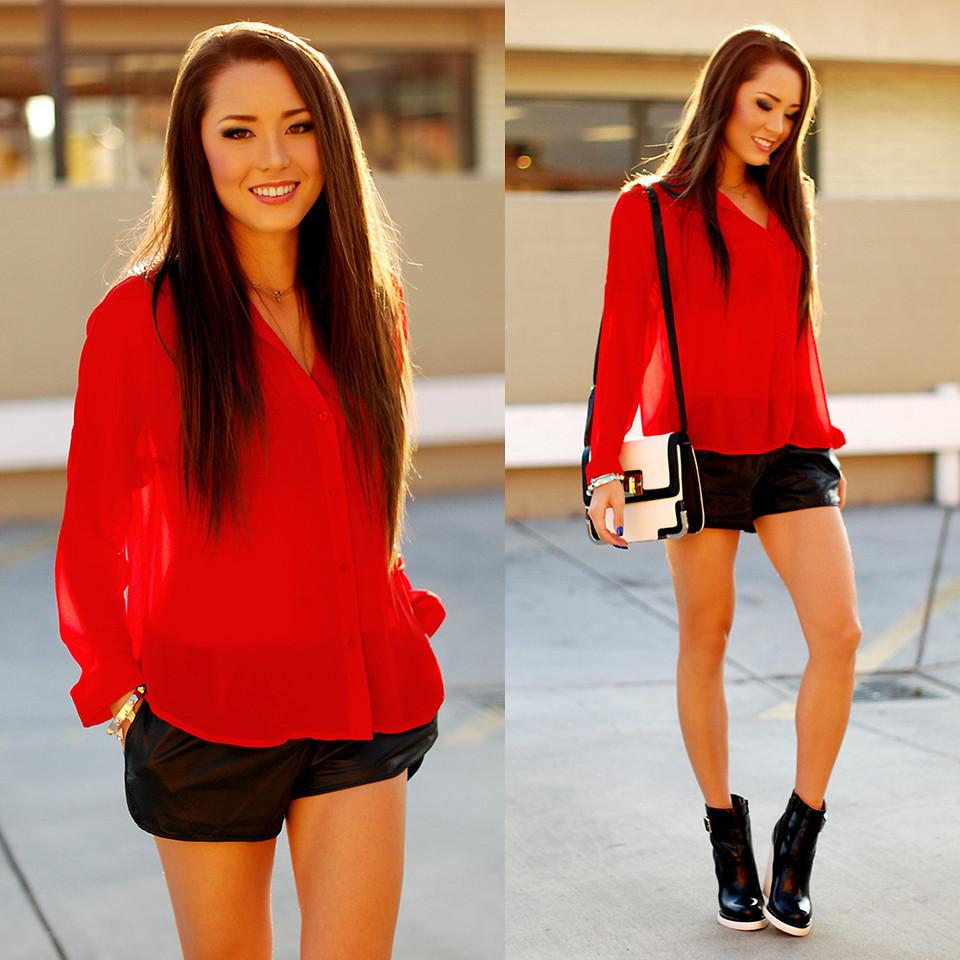 Красная блузка с черными шортами