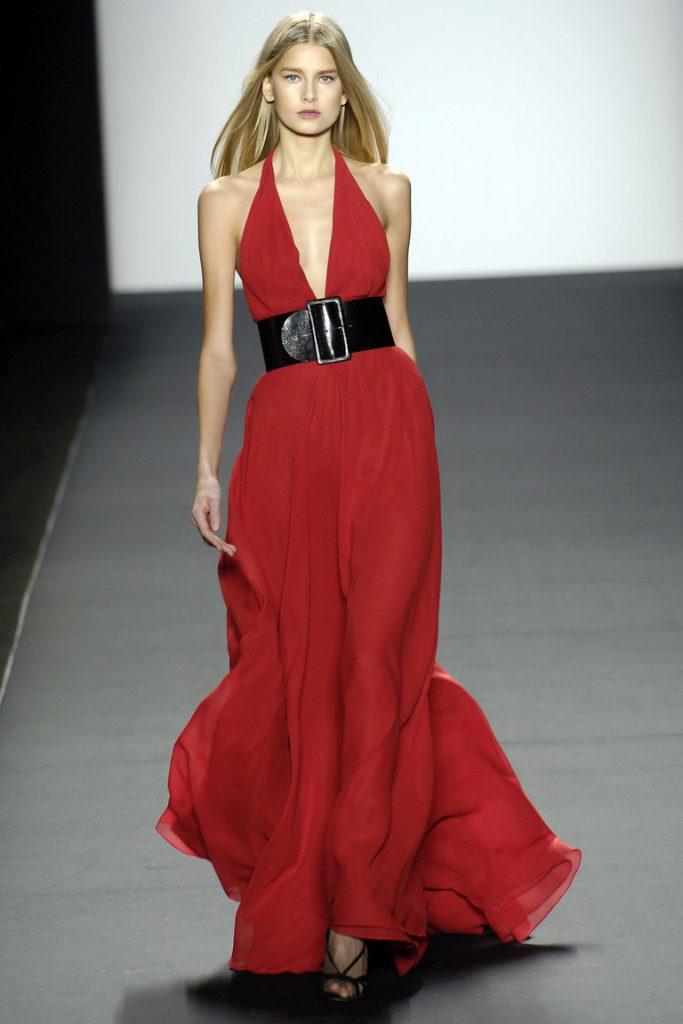 Красное платье с черным поясом