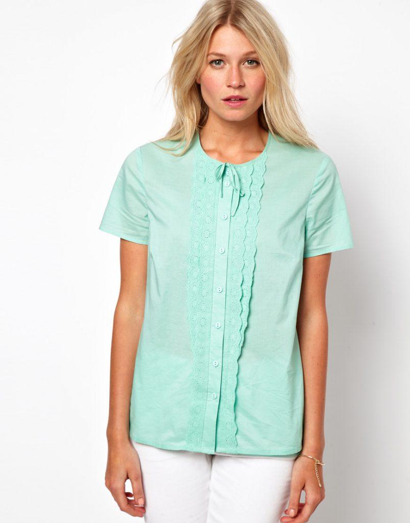 Мятная блузка с белыми брюками