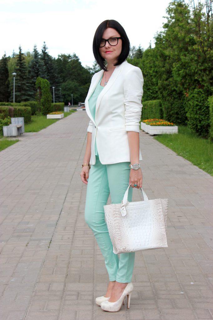 Мятно-белый женский костюм