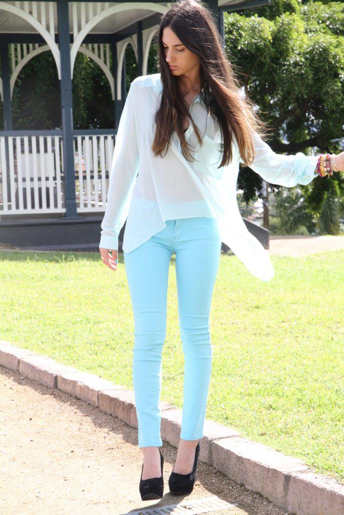 Мятные брюки и блузка