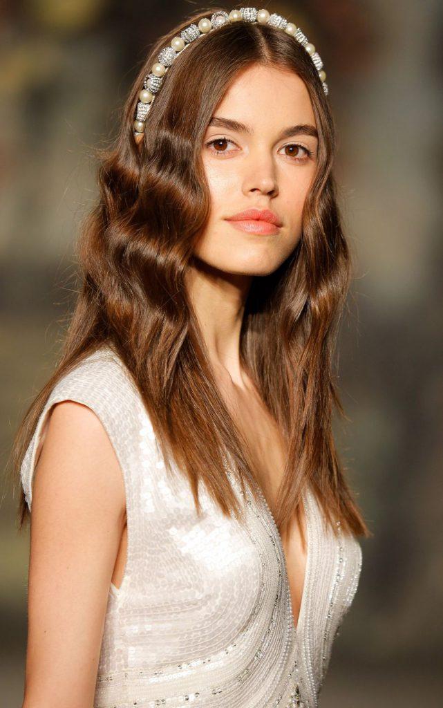 Элегантный ободок с распущенными волосами