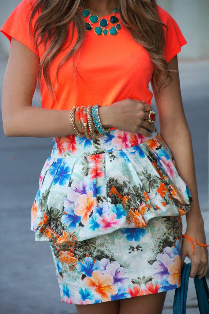 Оранжевая блузка с разноцветной юбкой