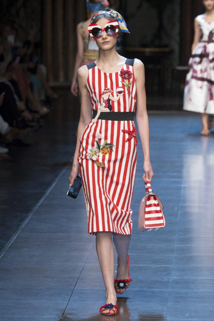 Красно-белое платье в вертикальную полоску