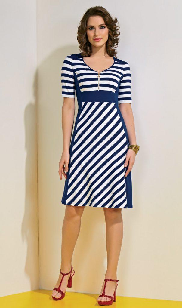 Сине-белое платье в диагональную полоску