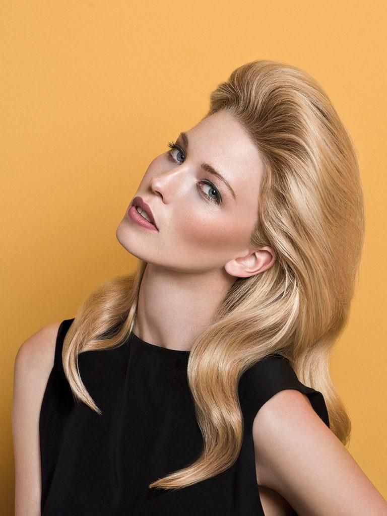 Объемная волнистая прическа на средние тонкие волосы