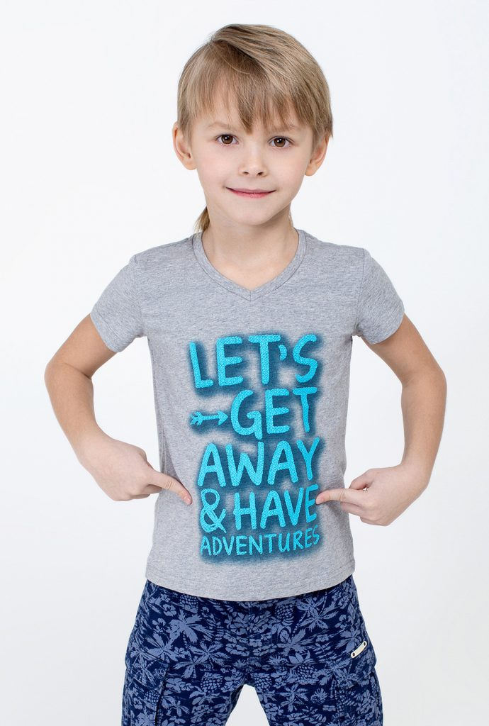 Серая детская футболка с яркой надписью