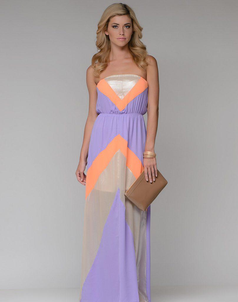 Сиренево-бежевое платье с яркими акцентами