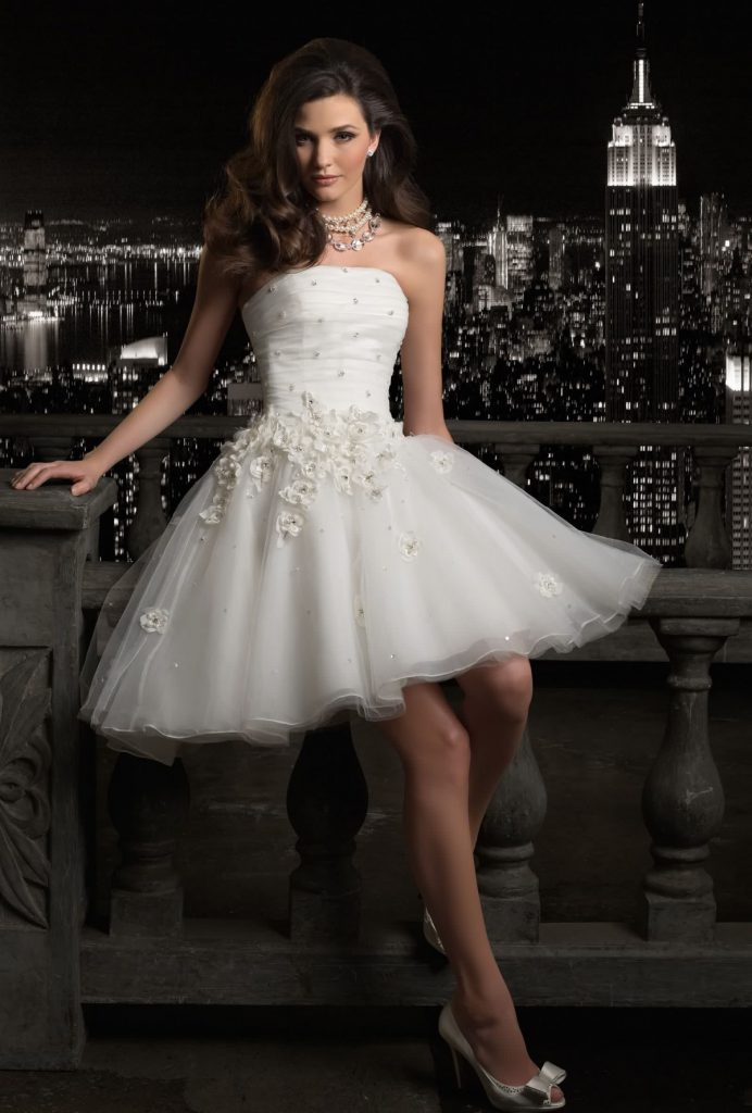 Свадебное платье с пышной юбкой и открытыми плечами