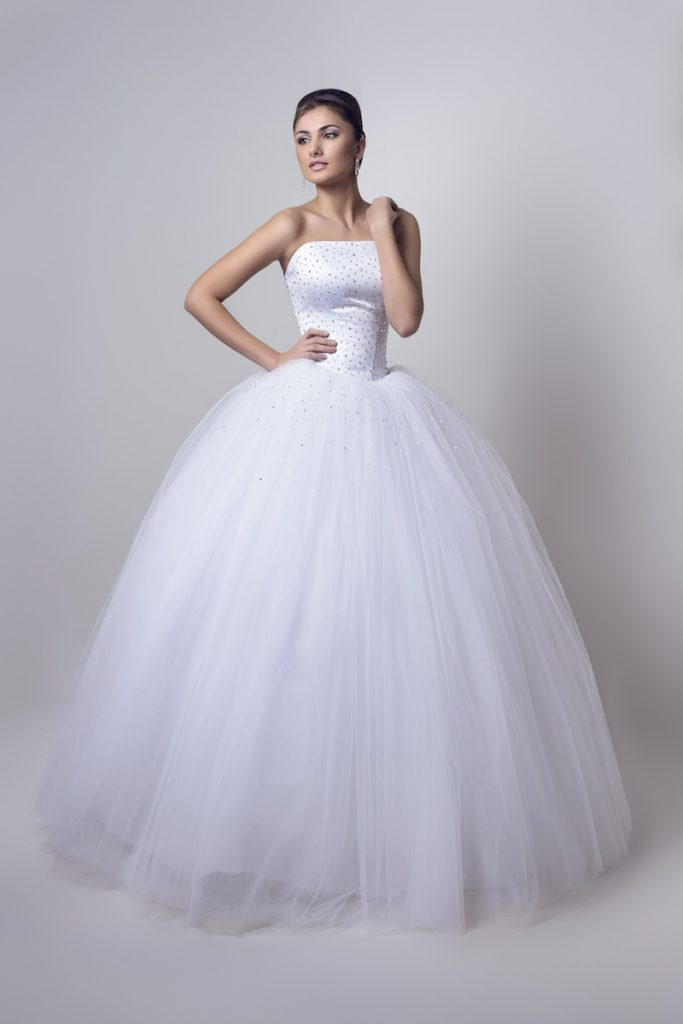 Длинное свадебное платье с пышной юбкой и открытыми плечами