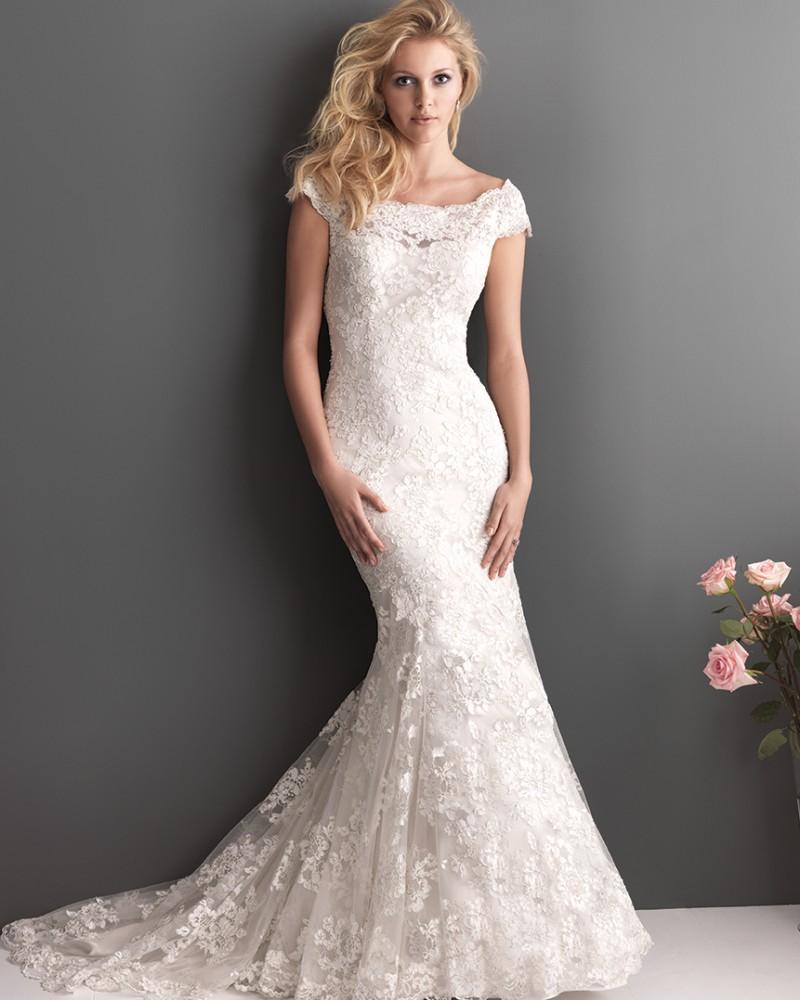 Кружевное свадебное платье со шлейфом и открытыми плечами