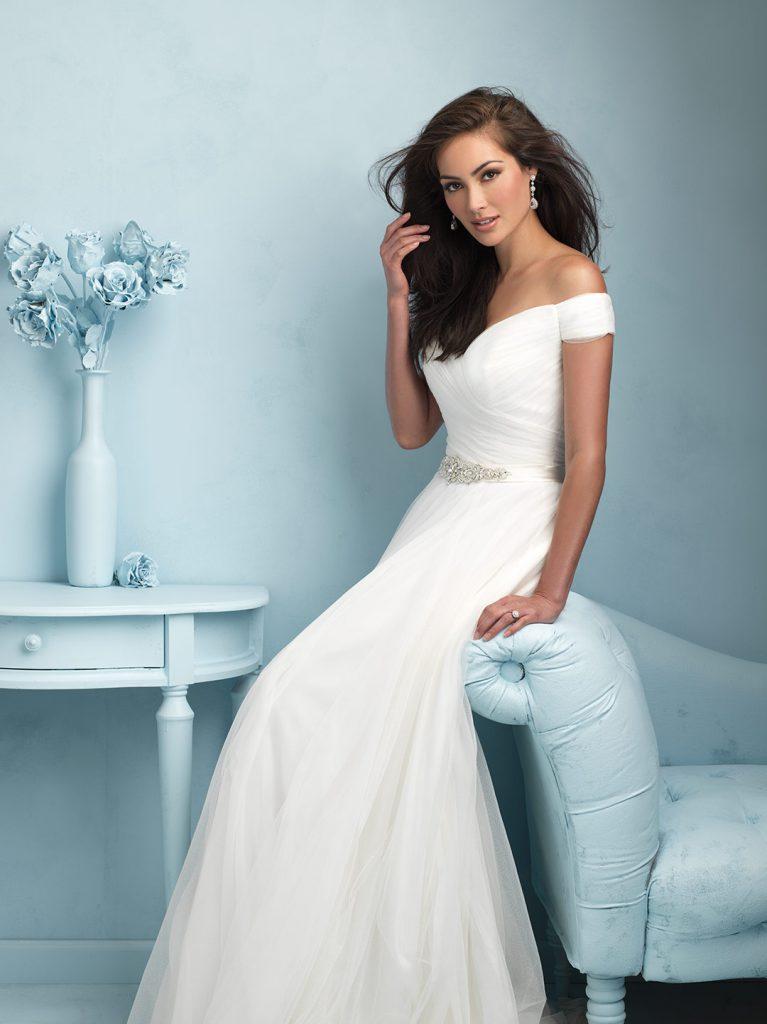 Свадебное платье с драпировкой и открытыми плечами