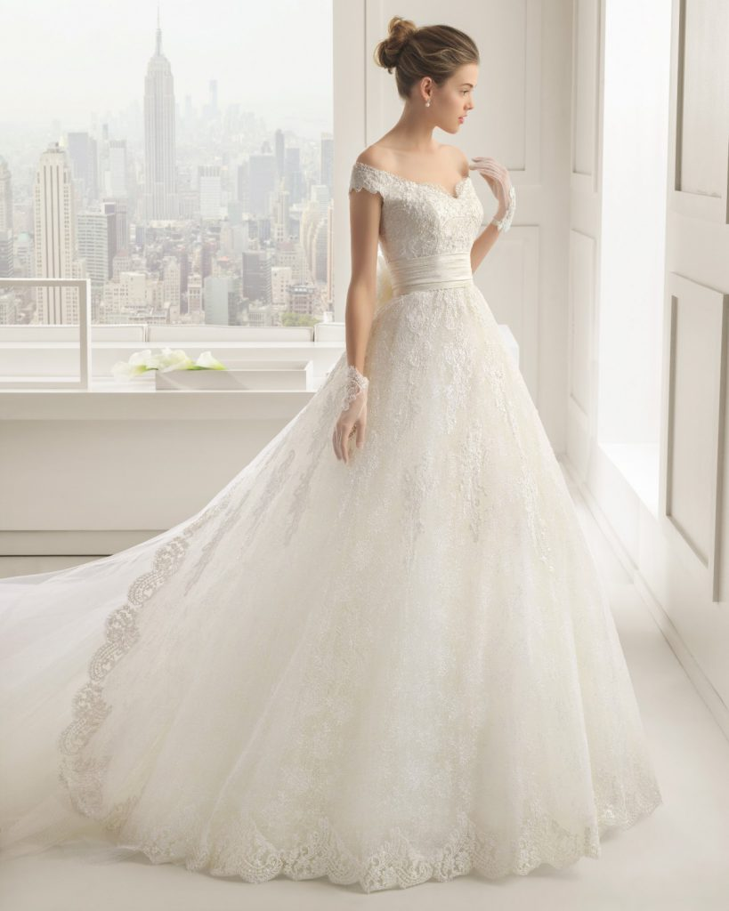 Роскошное свадебное платье со шлейфом и открытыми плечами