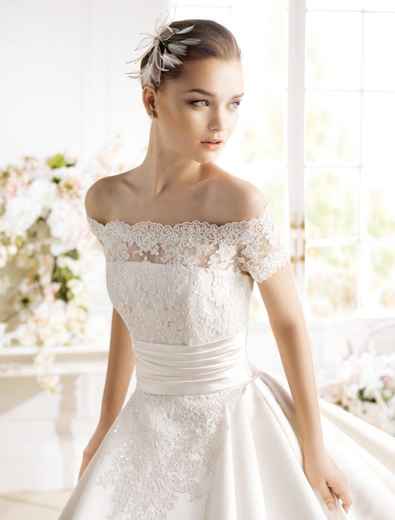 Свадебное платье с кружевными рукавами и открытыми плечами