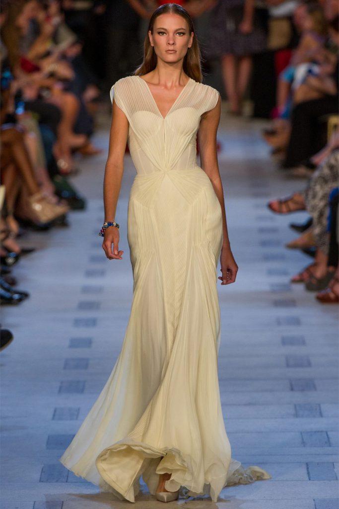 Кремовое платье для встречи Нового года