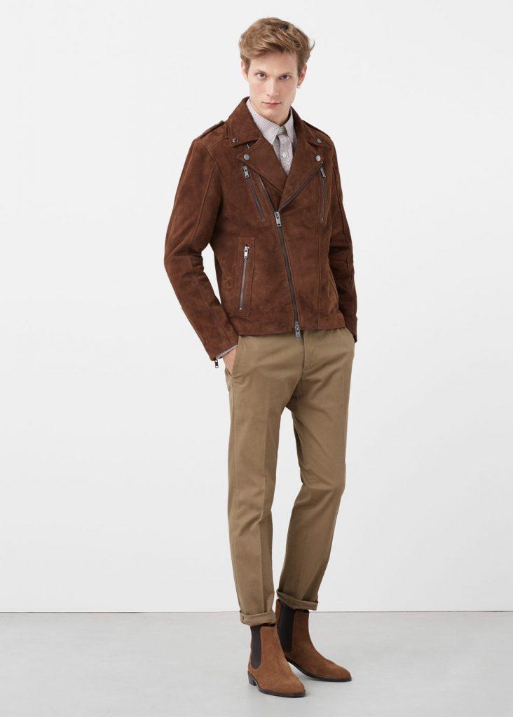 Коричневая мужская замшевая косуха с бежевыми брюками и коричневыми ботинками