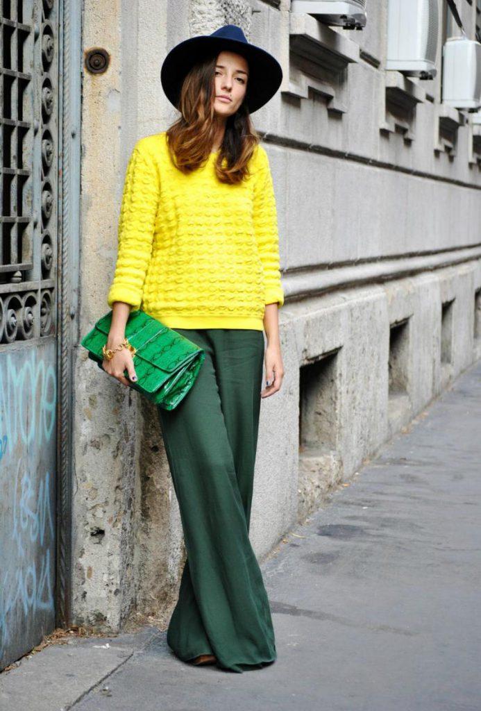 Желтый свитер с зелеными брюками