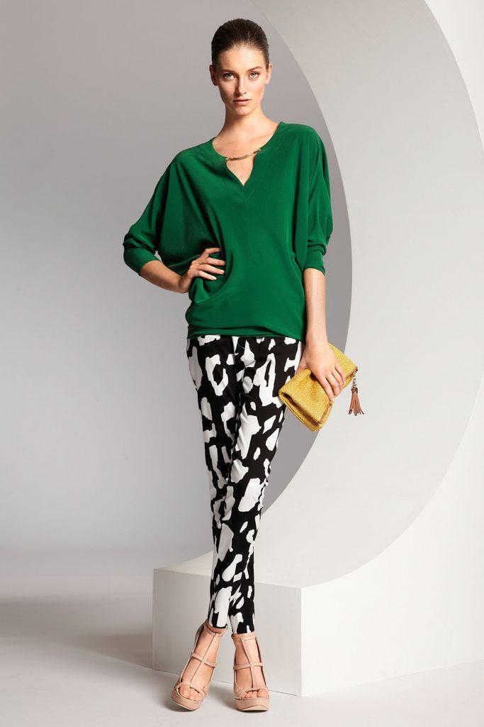 Черно-белые брюки с зеленой блузкой